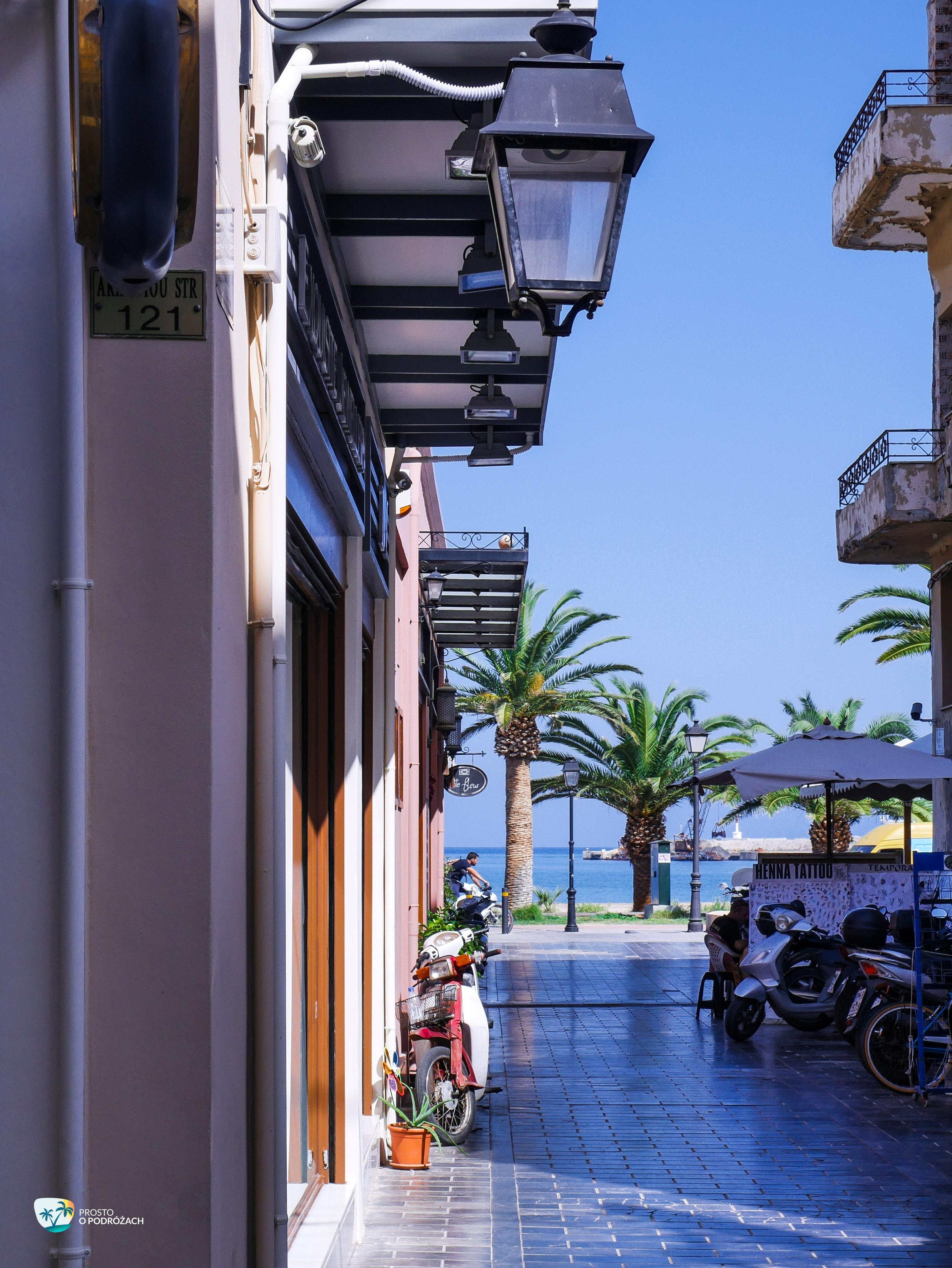 Widok z wąskiej uliczki na Bulwar Venizelou w Rethymnonie