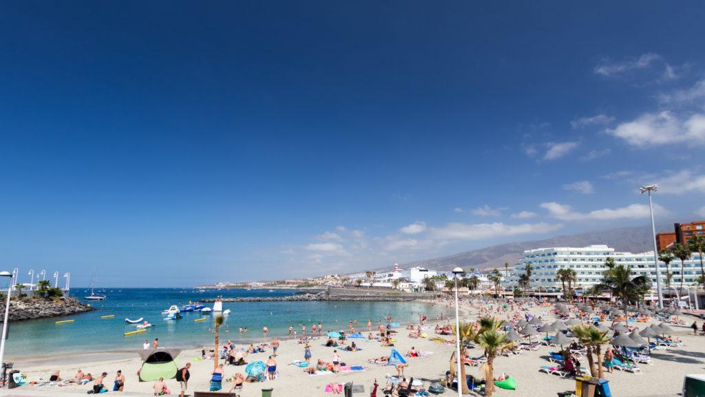 Playa La Pinta z białym piaskiem znajduje się w sąsiedztwie Puerto Colón