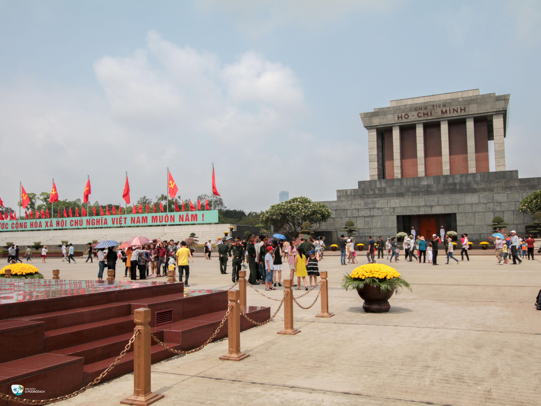 Tłumy zwiedzających przed mauzoleum Ho Chi Minha