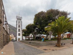 Wieża kościoła Świętej Anny góruje nad Placem Wolności w Garachico