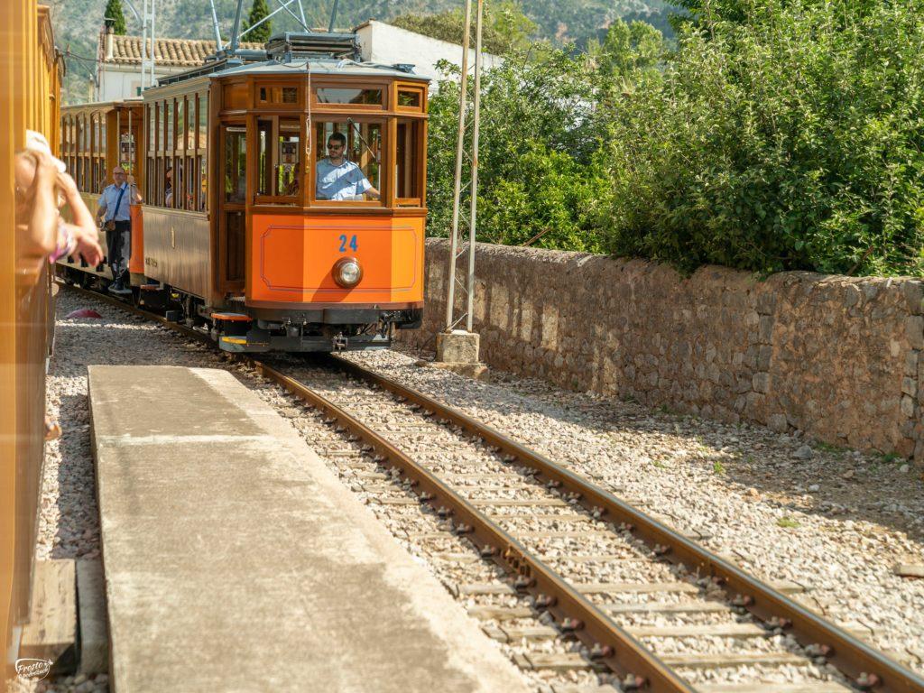 Pomarańczowy tramwaj Port de Soller