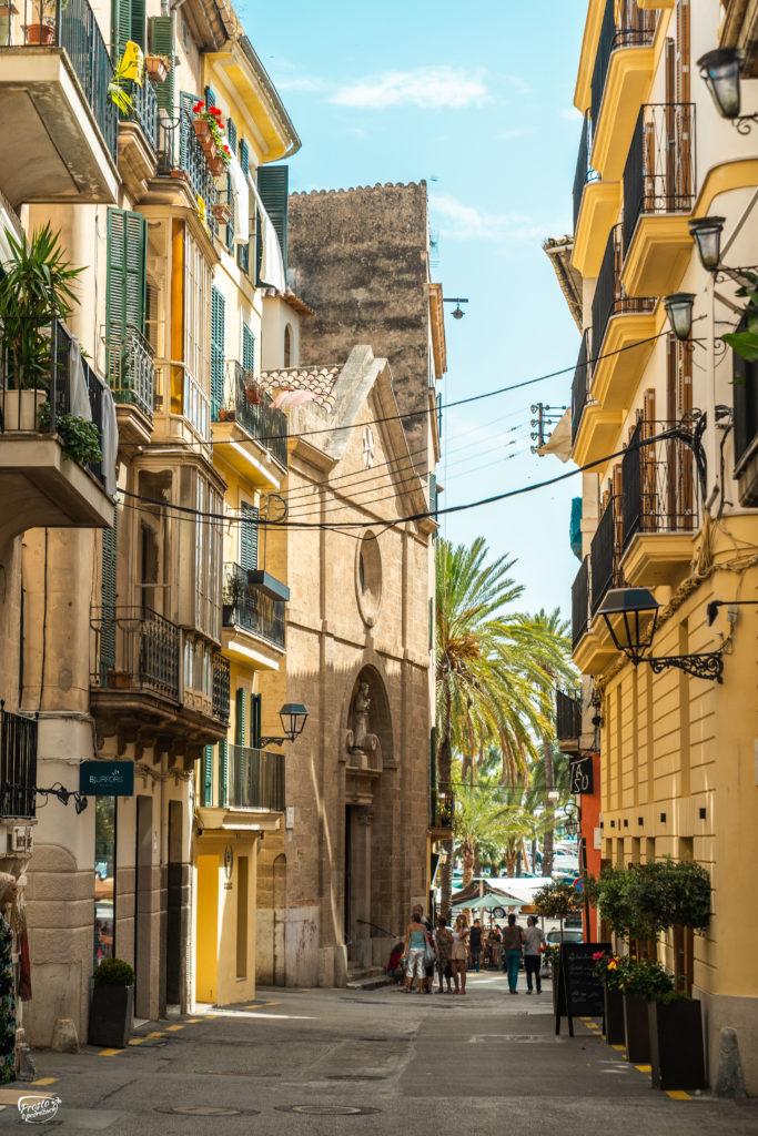 Klimatyczne uliczki Palmy w okolicy La Seu